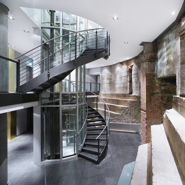 Double stringer steel glass spiral staircase